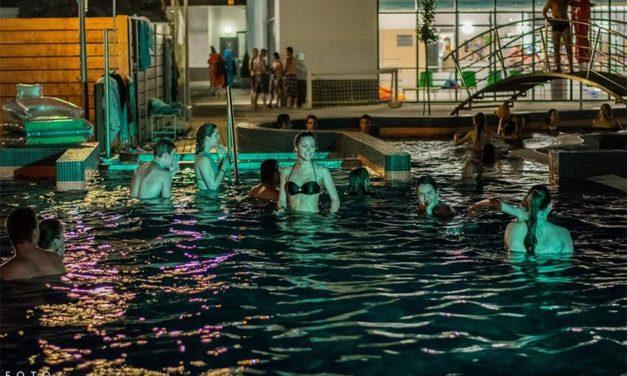 Éjszakai fürdőzés a Csongrádi Gyógyfürdő és Uszodában