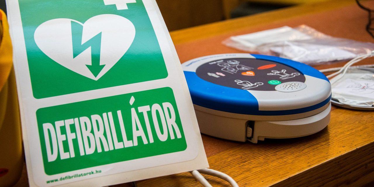 Átadták az életmentő defibrillátort és a nyereményeket