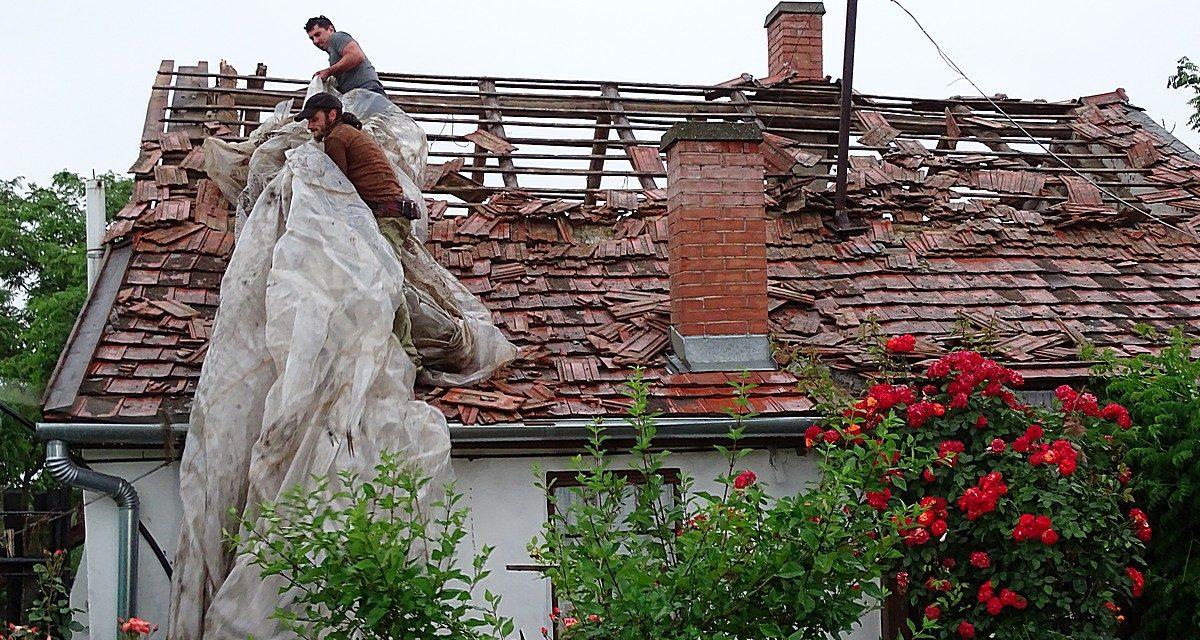 Három házba csapott bele a villám a Jász-Nagykun-Szolnok megyei Csépán a Zrínyi utcában és környékén