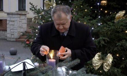 Cseri Gábor alpolgármester gyújtotta meg az első gyertyát Csongrád adventi koszorúján