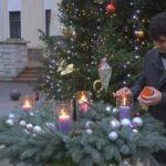 Topsi Bálint plébános gyújtotta meg a negyedik gyertyát a város adventi koszorúján